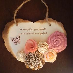 Szívtől szívig anyának, Otthon & lakás, Dekoráció, Ünnepi dekoráció, Anyák napja, Gravírozás, pirográfia, Virágkötés, 16x20 cm-es alap lett díszítve saját szöveggel (faégetés) és ming virágokkal, juta rózsával, bakuliv..., Meska