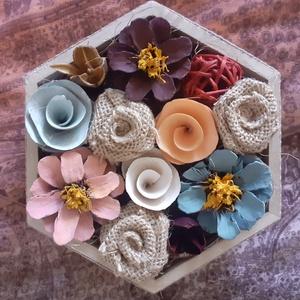 Hatszögletű fadoboz virágokkal , Otthon & lakás, Dekoráció, Dísz, Ünnepi dekoráció, Szerelmeseknek, Festett tárgyak, Virágkötés, 16,5x14,5 cm -es fadoboz kézzel festett tobozokkal és saját készítésű jutarózsákkal. Ajánlom mindazo..., Meska