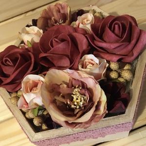 Állítható, fadobozos virágbox, Otthon & Lakás, Dekoráció, Csokor & Virágdísz, Virágkötés, 14x16 cm-es fadobozos virágbox. Különlegessége, hogy állítható, így akár egy szellős könyvespolc is ..., Meska