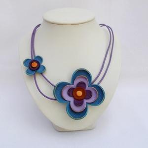 virágos nyaklánc (kék), Statement nyaklánc, Nyaklánc, Ékszer, Bőrművesség, Ékszerkészítés, A nyakláncot bőrből készítettem.\nVidám viselet, feldob egy egyszerű ruhát is.\n\nA nyaklánc hossza áll..., Meska