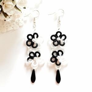 Hajócsipke fülbevaló, csipke ékszer, fehér és fekete, melírozott csipkés kiegészítő, virágos, gyöngyös függő, Lógós fülbevaló, Fülbevaló, Ékszer, Ékszerkészítés, Csipkekészítés, Hófehér és ébenfekete, melírozott, bájos dupla virág formájú csipke fülbevaló. A virág közepét fehér..., Meska