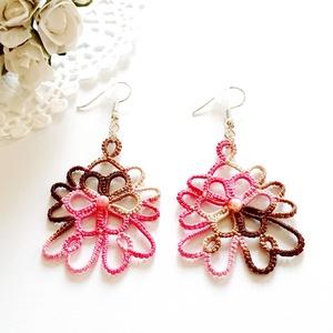 Hajócsipke fülbevaló, csipke ékszer, rózsaszín és barna csipkés kiegészítő, színátmenetes, melírozott, gyöngyös függő, Lógós fülbevaló, Fülbevaló, Ékszer, Ékszerkészítés, Csipkekészítés, Csokoládé és pink árnyalatai melírozott, bájos csipke fülbevaló, rózsaszín-tarka gyöngy díszítéssel...., Meska