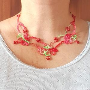 AKCIÓS Hajócsipke nyaklánc, csipke ékszer, rózsaszín, piros és zöld csipkés kiegészítő,  melírozott gyöngyös nyakék, Gyöngyös nyaklác, Nyaklánc, Ékszer, Ékszerkészítés, Csipkekészítés, Tavaszi tarka, finom, nőies színátmenetes csipke nyaklánc, rózsaszín és piros gyöngy díszítéssel.\nHo..., Meska