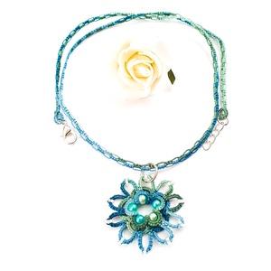 Hajócsipke nyaklánc, csipke ékszer, kék és zöld csipkés kiegészítő, színátmenetes, melírozott gyöngyös nyakék, Medálos nyaklánc, Nyaklánc, Ékszer, Ékszerkészítés, Csipkekészítés, Tenger kék és zöld árnyalatai melírozott, finom, nőies csipke nyaklánc, kék-zöld tarka gyöngy díszít..., Meska