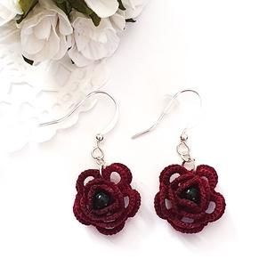 Hajócsipke fülbevaló, csipke ékszer, bordó csipkés kiegészítő, rózsás, gyöngyös függő, Lógós fülbevaló, Fülbevaló, Ékszer, Ékszerkészítés, Csipkekészítés, Mélyburgundi bájos, kecses rózsa formájú csipke fülbevaló. A rózsa közepét fekete gyönggyel díszítet..., Meska