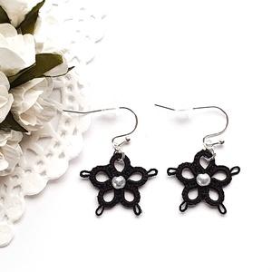 Hajócsipke fülbevaló, csipke ékszer, fekete csipkés kiegészítő, virágos, gyöngyös függő, Lógós fülbevaló, Fülbevaló, Ékszer, Ékszerkészítés, Csipkekészítés, Ébenfekete bájos, kecses virág formájú csipke fülbevaló. A virág közepét fehér gyönggyel díszítettem..., Meska