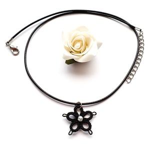 Hajócsipke nyaklánc, csipke ékszer, fekete csipkés kiegészítő,  gyöngyös nyakék, Medálos nyaklánc, Nyaklánc, Ékszer, Ékszerkészítés, Csipkekészítés, Ébenfekete finom, nőies csipke nyaklánc, fekete viaszolt zsinórral. A virág medál közepét fehér gyön..., Meska
