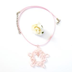 Hajócsipke nyaklánc, csipke ékszer, rózsaszínű csipkés kiegészítő, gyöngyös, romantikus nyakék, Medálos nyaklánc, Nyaklánc, Ékszer, Ékszerkészítés, Csipkekészítés, Pasztell rózsaszín csinos, kecses csipke nyaklánc rózsaszín viaszolt zsinórral és rózsaszín gyöngy d..., Meska