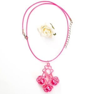 Hajócsipke nyaklánc, csipke ékszer, rózsaszín csipkés kiegészítő, gyöngyös, romantikus nyakék, Medálos nyaklánc, Nyaklánc, Ékszer, Ékszerkészítés, Csipkekészítés, Pink csinos, kecses csipke nyaklánc pink viaszolt zsinórral, rózsaszín és pink gyöngy díszítéssel.\nH..., Meska