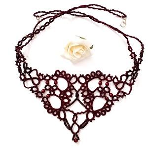 Hajócsipke nyaklánc, csipke ékszer, bordó csipkés kiegészítő, gyöngyös, romantikus nyakék, Statement nyaklánc, Nyaklánc, Ékszer, Ékszerkészítés, Csipkekészítés, Mélybordó csinos, kecses csipke nyaklánc bordó gyöngy díszítéssel.\nHossza kapoccsal együtt 46 + 3 cm..., Meska