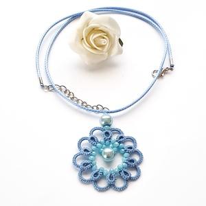 Hajócsipke nyaklánc, csipke ékszer, kék csipkés kiegészítő, gyöngyös, romantikus nyakék, Medálos nyaklánc, Nyaklánc, Ékszer, Ékszerkészítés, Csipkekészítés, Ég kék csinos, kecses csipke nyaklánc világos kék viaszolt zsinórral és világos kék gyöngy díszítéss..., Meska