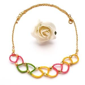 Hajócsipke nyaklánc, csipke ékszer, rózsaszín, sárga, zöld, színátmenetes csipkés kiegészítő, gyöngyös nyakék, Medál nélküli nyaklánc, Nyaklánc, Ékszer, Ékszerkészítés, Csipkekészítés, Tavaszi tarka árnyalatok csinos, kecses melírozott csipke nyaklánc aranyozott lánccal, arany színű g..., Meska