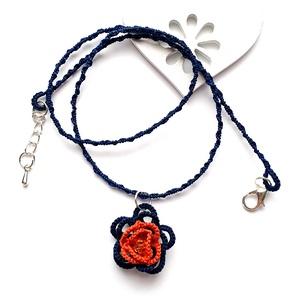 Hajócsipke nyaklánc, csipke ékszer, tengerész kék és karamell csipkés kiegészítő, romantikus gyöngyös nyakék, Gyöngyös nyaklác, Nyaklánc, Ékszer, Csipkekészítés, Ékszerkészítés, Sötét kék és barnás narancs finom, nőies csipke nyaklánc, a rózsa közepét sötét narancs gyönggyel dí..., Meska