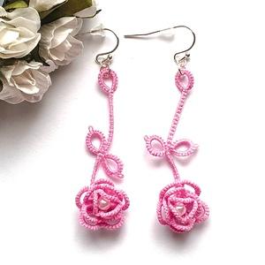 Hajócsipke fülbevaló, csipke ékszer, orgona rózsaszín csipkés kiegészítő, romantikus, rózsás, gyöngyös függő, Lógós fülbevaló, Fülbevaló, Ékszer, Csipkekészítés, Ékszerkészítés, Lilás rózsaszín bájos, légies csipke fülbevaló, fehér gyöngy díszítéssel.\nHossza akasztóval együtt 6..., Meska