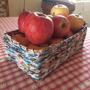 Gyümölcstartó kosár papírból, Dekoráció, Otthon & lakás, Lakberendezés, Asztaldísz, Tárolóeszköz, Újrahasznosított alapanyagból készült termékek, Fonás (csuhé, gyékény, stb.), Gyümölcsnek keresel egyedi tartót? Esetleg karácsony alkalmával ajándékkosárral kedveskednél szerett..., Meska