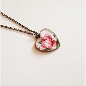 Vintage virágos bronz medál - nyakláncon, Ékszer, Medál, Nyaklánc, Szivecske formájú alapban, üveglencse alatt gyönyörű virág bújt meg.  A medál magassága 26 mm. A lán..., Meska