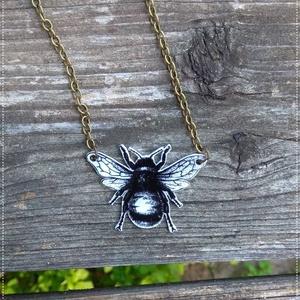 Méhecske - Zsugorka medál - Láncon, Ékszer, Medál, Nyaklánc, Méhecskés zsugorka medál készült.  Fehér színű zsugorkából, lakkozva, bronz színű láncon.   A medál ..., Meska