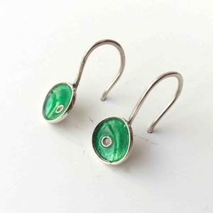 Smaragdzöld tűzzománc ezüst lógós fülbevaló, minimalista fülbevaló ezüstből, természet ihlette, Ékszer, Fülbevaló, Tűzzománc, Ötvös, Fiatalos, divatos, színes és mégis hordható. Kézzel készült, tűzzománccal díszített egyedi kisméret..., Meska