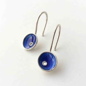 Tengerész kék tűzzománc ezüst lógós fülbevaló, minimalista fülbevaló ezüstből, természet ihlette forma világ, Ékszer, Fülbevaló, Tűzzománc, Ötvös, Fiatalos, divatos, színes és mégis hordható.\nKézzel készült, tűzzománccal díszített egyedi kisméretű..., Meska