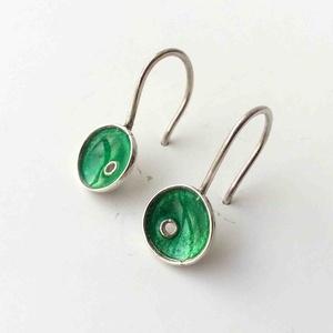 Smaragdzöld tűzzománc ezüst lógós fülbevaló, minimalista fülbevaló ezüstből, természet ihlette forma világ, Ékszer, Fülbevaló, Tűzzománc, Ötvös, Fiatalos, divatos, színes és mégis hordható.\nKézzel készült, tűzzománccal díszített egyedi kisméretű..., Meska