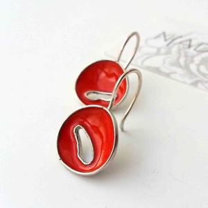 Korall piros tűzzománc ezüst lógós fülbevaló, minimalista fülbevaló ezüstből, természet ihlette, Ékszer, Fülbevaló, Tűzzománc, Ötvös, Fiatalos, divatos, színes és mégis hordható.\nKézzel készült, tűzzománccal díszített egyedi kisméretű..., Meska