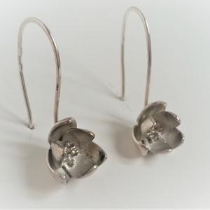 Magnólia fülbevaló, ezüstből készült, virágot formáló fülbevaló, magnólia fülbevaló, virág fülbevaló, Lógós fülbevaló, Fülbevaló, Ékszer, Ékszerkészítés, Ötvös, Ezüstből készült magnólia virágot formázó egyedi fülbevaló pár. Finom, elegáns kis virág minden alka..., Meska