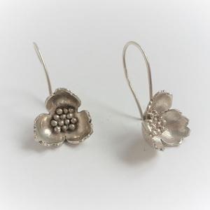 Virág fantázia fülbevaló, ezüstből készült, virágot formáló fülbevaló, virág fülbevaló, Ékszer, Fülbevaló, Esküvő, Esküvői ékszer, Ékszerkészítés, Ötvös, Ezüstből készült virágot formázó egyedi fülbevaló pár. Finom, elegáns virág minden alkalomra. Különl..., Meska