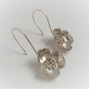 Nagy virágos fülbevaló, ezüstből készült, virágot formáló fülbevaló, virág fülbevaló, Ékszer, Fülbevaló, Esküvő, Esküvői ékszer, Ékszerkészítés, Ötvös, Ezüstből készült virágot formázó egyedi fülbevaló pár. Finom, elegáns virág minden alkalomra. Különl..., Meska