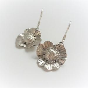 Közepes virágos fülbevaló, ezüstből készült, virágot formáló fülbevaló, virág fülbevaló, Lógós fülbevaló, Fülbevaló, Ékszer, Ékszerkészítés, Ötvös, Ezüstből készült virágot formázó egyedi fülbevaló pár. Kézzel készült pipacsszerű virág minden alkal..., Meska