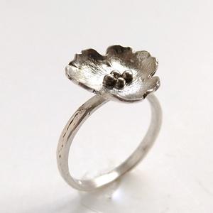 Könnyed virág ezüst gyűrű, bármely méretben rendelhető, 925 ezüst gyűrű virággal, Ékszer, Esküvő, Esküvői ékszer, Gyűrű, Ékszerkészítés, Ötvös, Ezüstből készült virágot formázó egyedi gyűrű.\nSaját tervezése alapján kézzel készítve, méretre igaz..., Meska