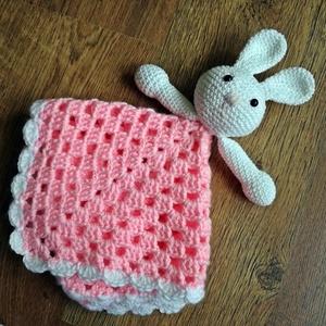 Nyuszis rózsaszín szundikendő, Gyerek & játék, Játék, Plüssállat, rongyjáték, Otthon & lakás, Dekoráció, Horgolás, Pamut fonalból készült, szemei biztonsági szemek.\nMosógépben mosózsákban 30 fokon mosható.\nMérete: 3..., Meska
