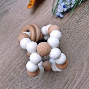 3D marokrágcsa, Játék & Gyerek, 3 éves kor alattiaknak, Rágóka, Gyöngyfűzés, gyöngyhímzés, Fogzást segítő szilikon és natúr fa gyöngyökből készült marokrágcsa.\n\nA változatos színek és formák ..., Meska