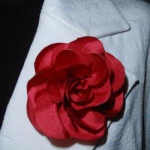 Piros virág kitűző, Ékszer, Kitűző és Bross, Varrás, Piros virág kitűző zakóra ruhára táskára.\nMérete:7cm, Meska