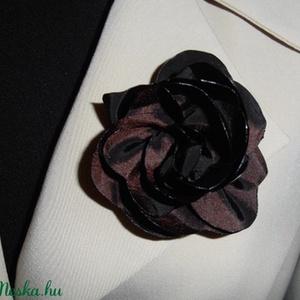 Barna virág kitüző, Ruha & Divat, Varrás, Barna virág kitűző zakóra,ruhára táskára.\nMérete:7cm, Meska