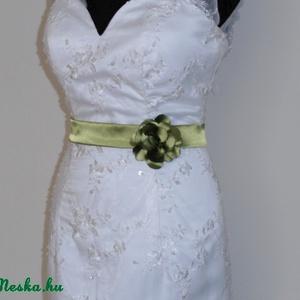 Szaténöv  virággal méretre rendelhető, Öv & Pánt, Kiegészítők, Esküvő, Varrás, Zöld színű szaténöv  rózsával a kis feketére vagy a nagy fehér álomruhára.\nMéretre rendelhető 62cm-i..., Meska