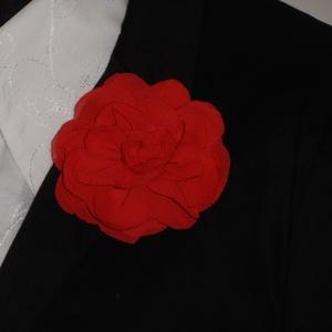 Virág kitűző , Ékszer, Kitűző és Bross, Kitűző, Varrás, Muszlin virág kitűző piros színben brosstűvel ellátva zakóra,ruhára,táskára,lakás dekorációnak.\nMére..., Meska