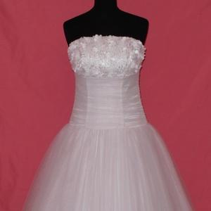 Csipkés menyasszonyi ruha, Esküvő, Ruha, Menyasszonyi ruha, Varrás, Fehér színű  hosszú loknis abroncsos váll nélküli menyasszonyi ruha.\nA ruha tüllből és szaténból kés..., Meska