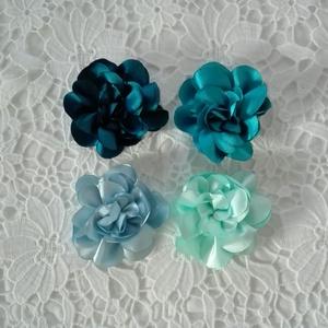Virág kitűző 4 színben, Ékszer, Kitűző és Bross, Kitűző, Varrás, Szatén virág kitűző több színben brosstűvel ellátva, zakóra,ruhára,táskára,lakás dekorálására.\nTedd ..., Meska