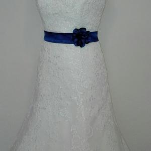 Szaténöv  virággal méretre rendelhető, Esküvő, Kiegészítők, Öv & Pánt, Varrás, Kék színű szaténöv  rózsával a kis feketére vagy a nagy fehér álomruhára.\nMéretre rendelhető!\n\n..., Meska