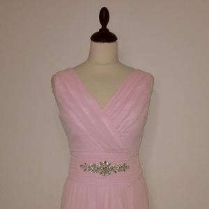 Hosszú alkalmi ruha , Ruha & Divat, Női ruha, Alkalmi ruha & Estélyi ruha, Varrás, Rózsaszín loknis szoknyájú vállas alkalmi ruha muszlinból és szaténból.Derekán strasszkőves díszités..., Meska
