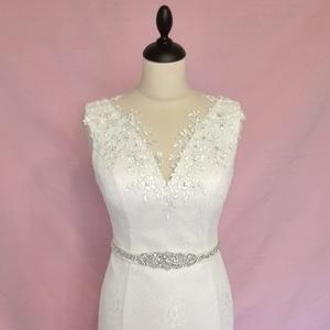 Csipke menyasszonyi ruha övvel, Esküvő, Ruha, Menyasszonyi ruha, Varrás, Törtfehér színű  hosszú kis abroncsos  csipke menyasszonyi ruha.\nAz egész ruha lágy csipkéből és mat..., Meska