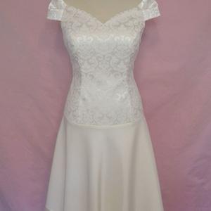 Rövid esküvői ruha, Ruha & Divat, Női ruha, Alkalmi ruha & Estélyi ruha, Varrás, Ekrü színű ejtett vállú loknis szoknyájú esküvői ruha brokátból,matt és fényes szaténból.\nA ruha  bé..., Meska