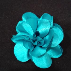 Szatén virág kitűző 4 színben, Ékszer, Kitűző és Bross, Kitűző, Varrás, Szatén virág kitűző púder rózsaszín,füstszinű,piros és türkiz színben brosstűvel ellátva, zakóra,ruh..., Meska