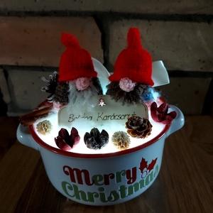 Világító Manós karácsonyi asztal dísz, Otthon & Lakás, Karácsony & Mikulás, Karácsonyi dekoráció, Horgolás, Egy igazán aranyos, kedves kis asztal dísz. \n2 db édes kis 8cm magas horgolt Manócska üldögélve várj..., Meska