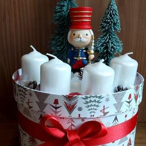 Adventi koszorú aranyos kis karácsonyi zenész figurával karácsonyi dobozban, Karácsony & Mikulás, Adventi koszorú, Mindenmás, Egy nagyon kedves 13 cm kis kerámia figura őrzi az adventi hangulatot. Egy 14 és 21cm fenyő öleli kö..., Meska