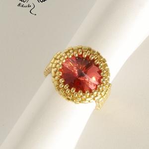Klasszikus gyűrű – piros, Gyöngyös gyűrű, Gyűrű, Ékszer, Ékszerkészítés, Gyöngyfűzés, gyöngyhímzés, Pipacspiros színű, 14 mm-es swarovski rivolit foglaltam be ehhez a csinos kis gyűrűhöz galvanizált a..., Meska