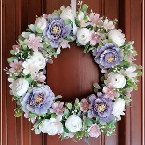 Lila-fehér ajtódísz , Otthon & Lakás, Dekoráció, Ajtódísz & Kopogtató, Virágkötés, 21 cm-es lila-fehér ajtódísz\nA 20 cm-es fehér fonott alapot selyem zöldekkel díszítettem, erre kerül..., Meska