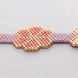 Lila-rózsaszín peyote karkötő, Ékszer, Karkötő, Gyöngyfűzés, gyöngyhímzés, Matt halvány lila, rózsaszín, illetve irizáló rózsaszín delica gyöngyből készült virágos peyote kark..., Meska