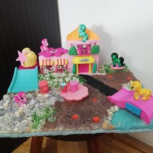 Én kicsi Pónim kert, Játék & Gyerek, Baba & babaház, Mindenmás, Saját készítésű minikert Pónikkal, vízzel, híddal és csupa cukiságokkal. 30 cm széles, tökéletes ajá..., Meska