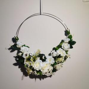 Dekor arany karika örökvirággal esküvőre, Esküvő, Dekoráció, Helyszíni dekor, Virágkötés, Dekor fém karika örökvirággal tökéletes esküvői hátteret kölcsönöz.\n\nA képen látható karikának az át..., Meska